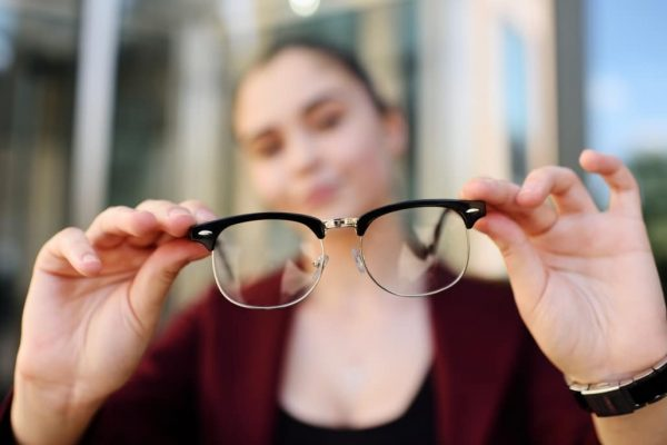 Can glasses help treat abnormal vision better?